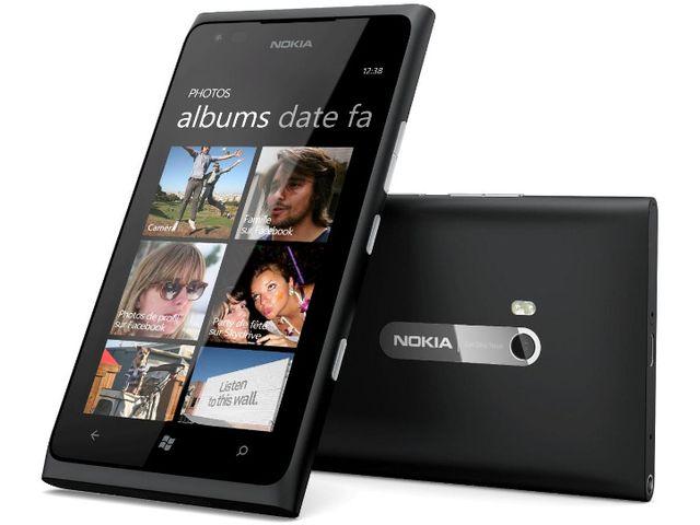 obsah balení Nokia Lumia 900 Black + Brodit držák do auta s nabíjením